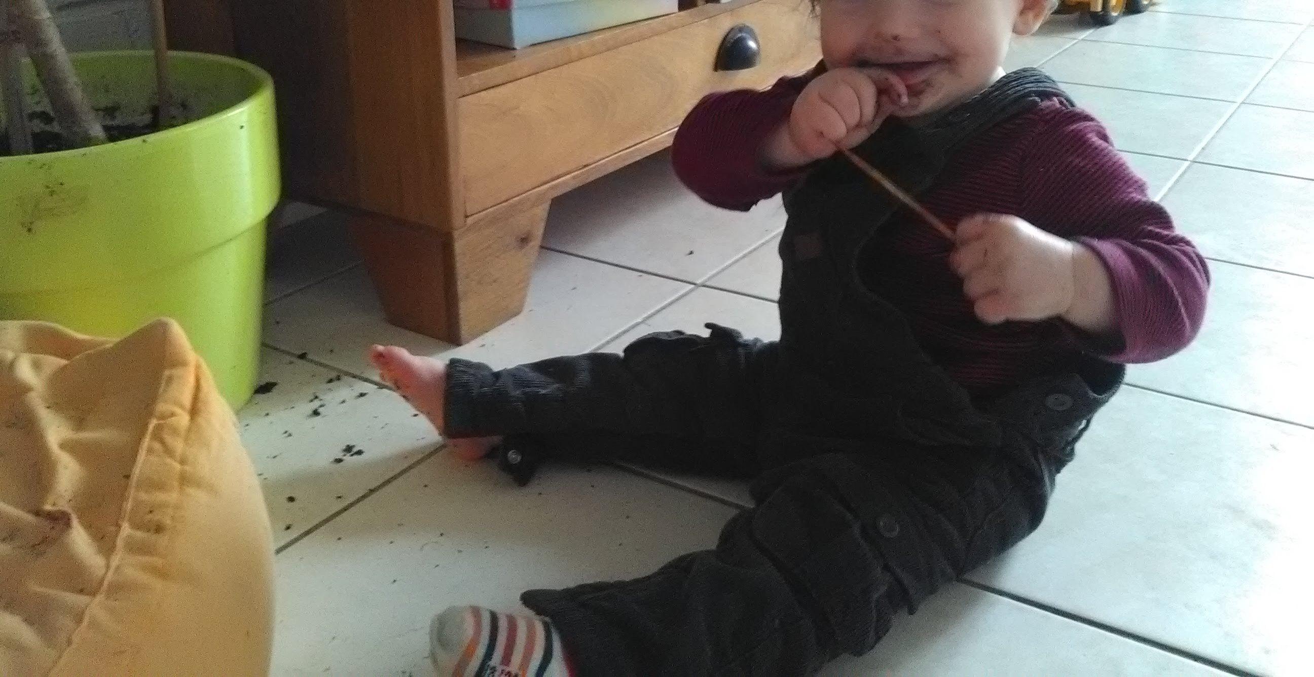 mon enfant mange de la terre